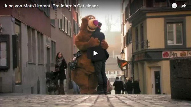 Plyšový medveď rozdáva objatia. Človeka zamrazí, až zistí o čo ide!