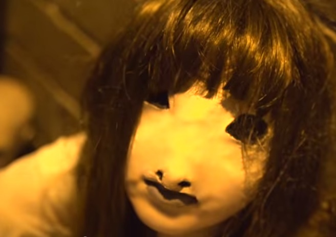 Výkriky, beh, či volanie o pomoc! Démonické dievča sa postaralo ľuďom o desivé zážitky (VIDEO)