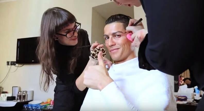 Cristiano Ronaldo v novom videu prekvapil okoloidúcich. Za čo sa prezliekol?