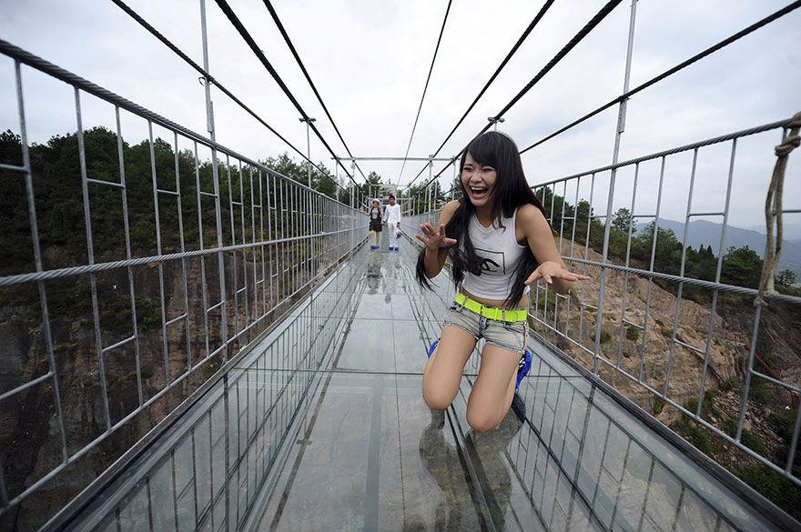 Hrôzostrašný drevený most bol nahradený ešte hrôzostrašnejším. Odvážili by ste sa naň stúpiť?