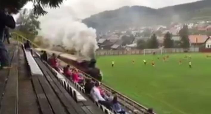 Video zo Slovenska sa dostalo do sveta! Lokomotíva prechádza cez futbalový trávnik!