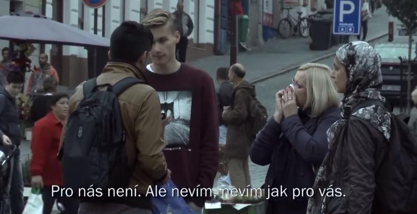 Sýrski utečenci sa objavia v českých uliciach. Zareagovali by ste tak, ako Česi?