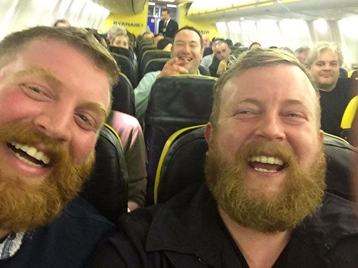 Selfie dvoch neznámych chlapov obletela celý svet. Čo je skutočne za tým?