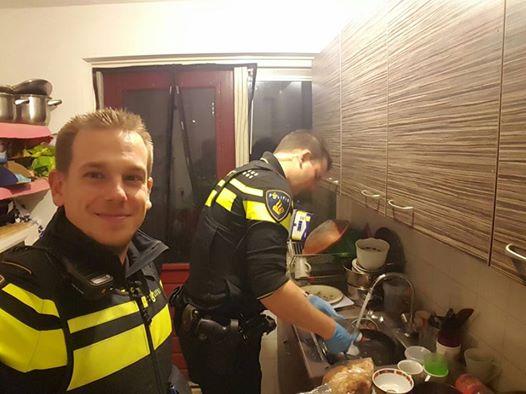 Policajti pripravili deťom večeru, ich mama bola na ceste do nemocnice