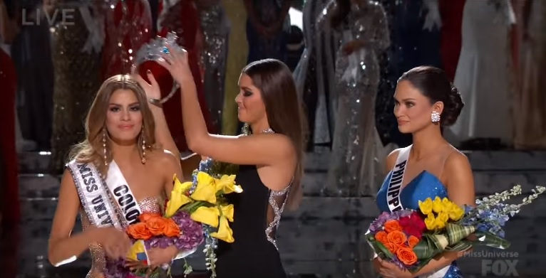 V priamom prenose pri vyhlasovaní Miss Universe sa moderátor pomýlil a vyhlásil zlú výherkyňu! Pozrite sa, čo nasledovalo potom!