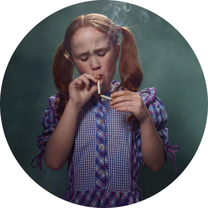 Fotograf nafotil deti prezlečené za dospelých a s cigaretami v rukách!