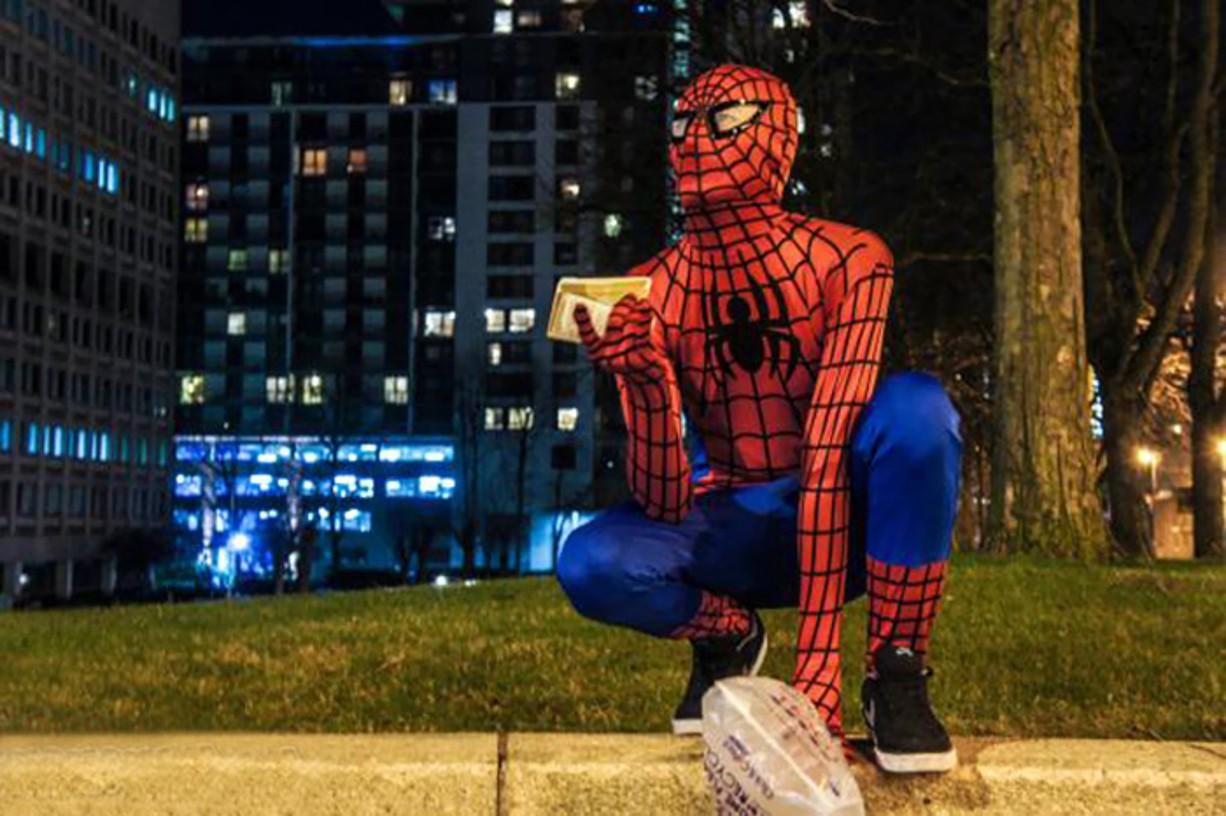Spiderman pomáha bezdomovcom! Kto sa v ňom vidí?