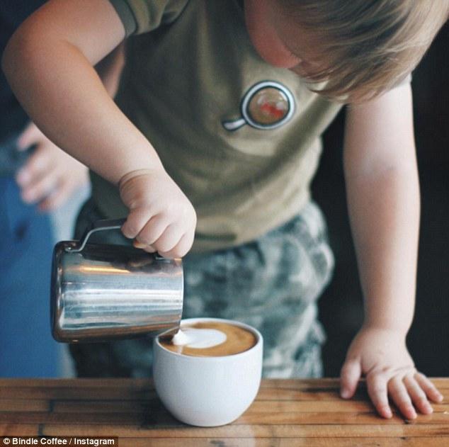 Dáte si kávu od trojročného chlapca? Toto dieťa zatieni aj skúseného baristu!