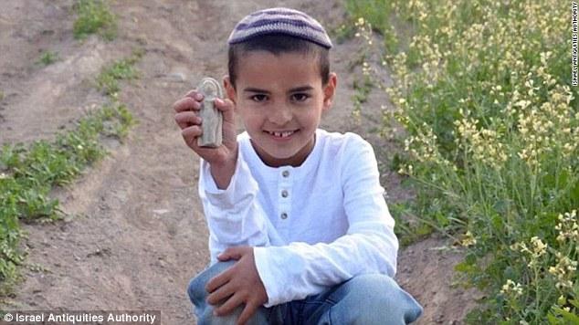 Izraelský chlapček pri hre v parku našiel 3 400 rokov starú sošku