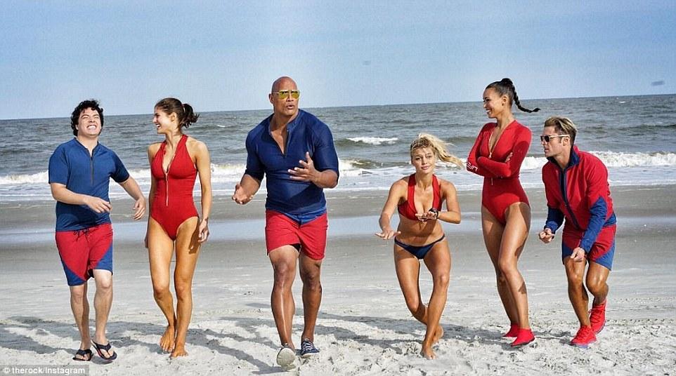 Dwayne 'The Rock' Johnson si s ďalšími hercami natáčanie filmu Baywatch naplno užíva