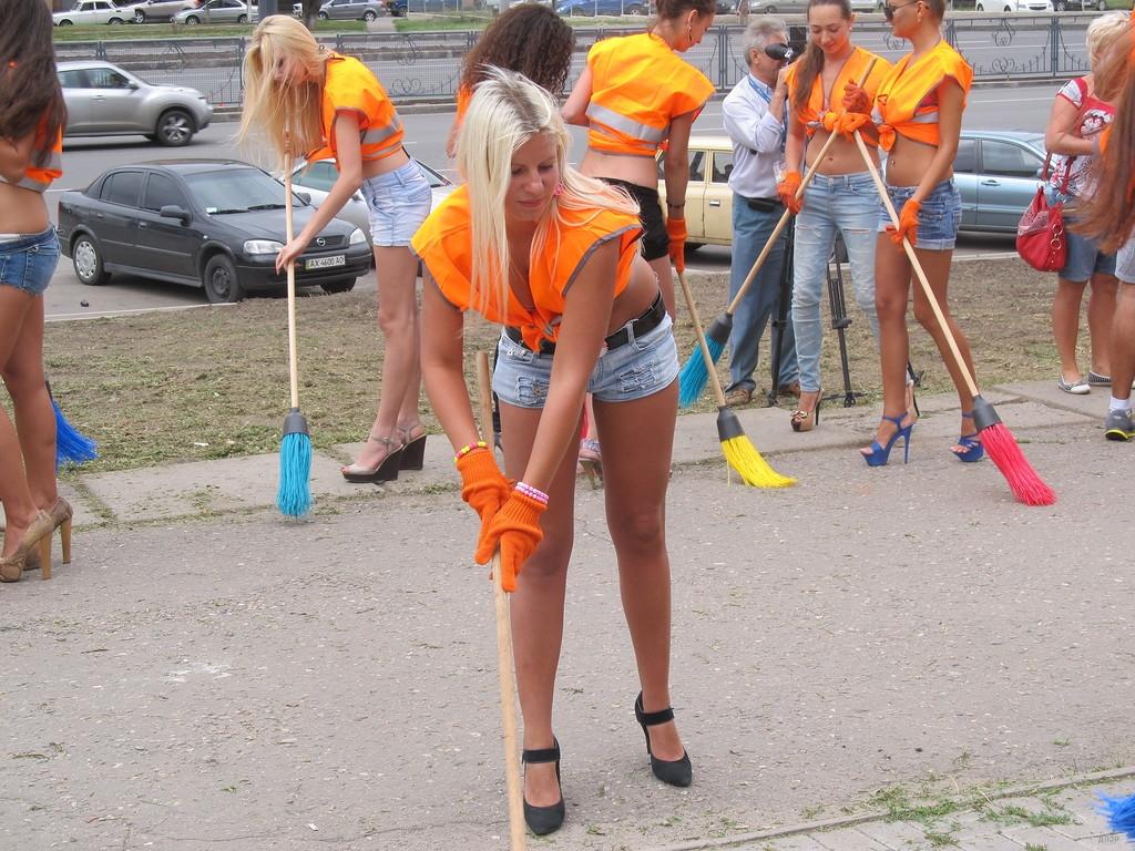 Aktivačných prác sa chytili sexi ženy! Blondíny a brunetky na opätkoch s metlami v ruke vyrazili do ulíc!