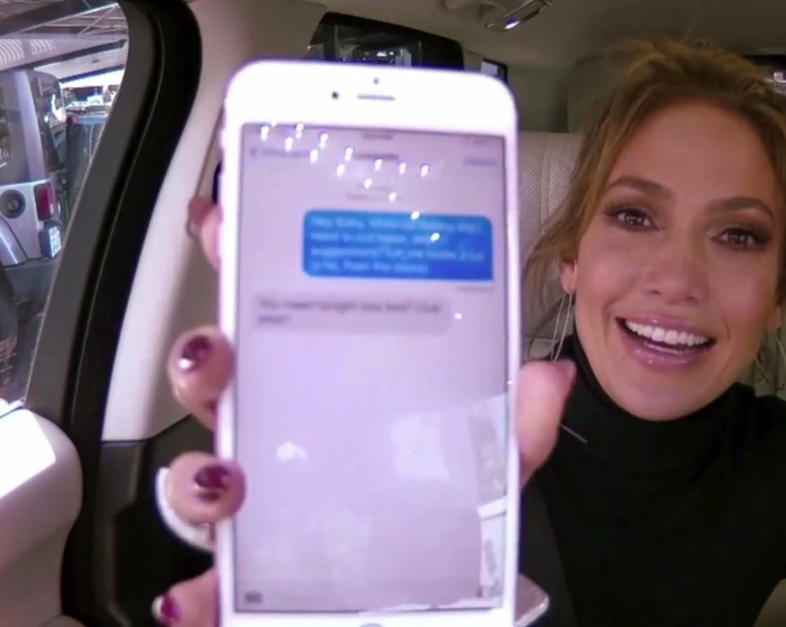 Pozrite sa, ako Corden vzal mobil Jennifer Lopez a následne napísal romantickú sms DiCapriovi. Na jeho reakciu netrebalo dlho čakať
