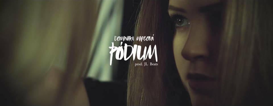 Dominika Mirgová opisuje svoj hudobný život v novom klipe k skladbe Pódium