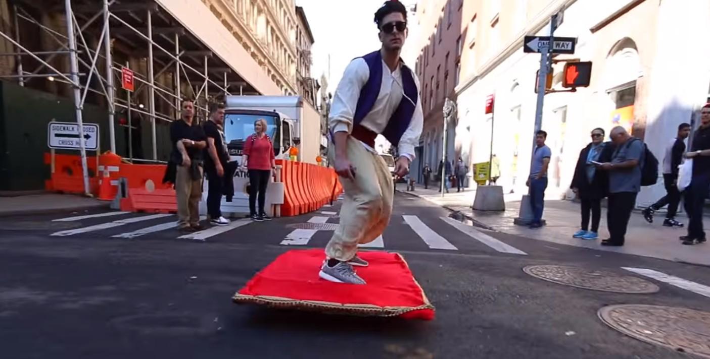 Moderný Aladin brázdi ulicami mesta na čarovnom koberci. Neveríte?