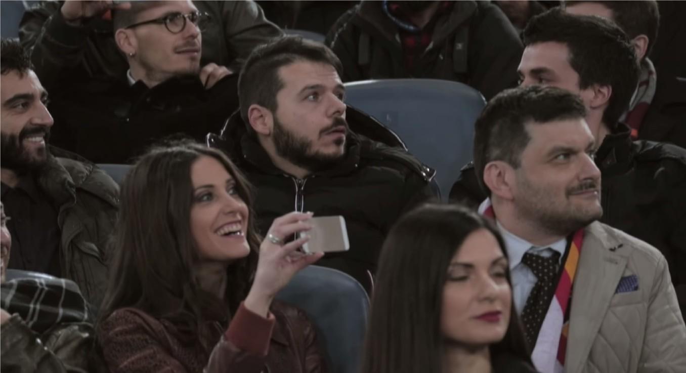 Zradil svojich kamarátov, aby uvidel futbalový zápas! Pozrite sa, čo si naňho prichystali jeho kamoši