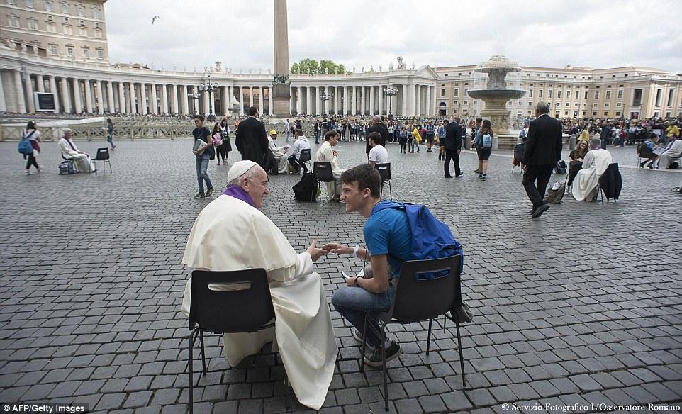 Pápež František spovedal teenagerov priamo uprostred námestia svätého Petra!