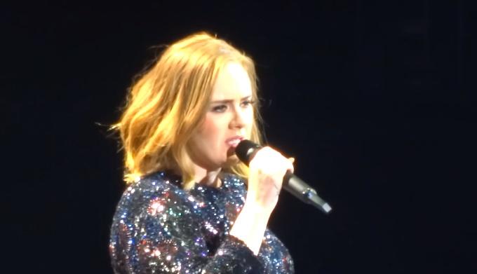 """ŠOKOVANÁ ADELE! Technické problémy na koncerte """"vyriešil"""" dav jej fanúšikov!"""