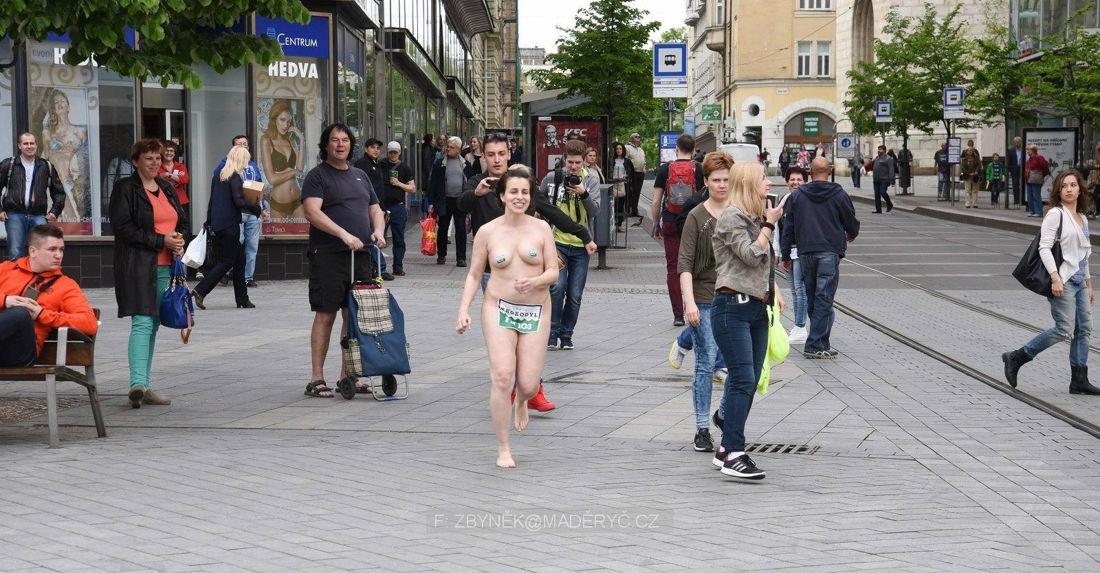 Brnenská študentka bežala po námestí úplne nahá! Čo ju k tomu viedlo?