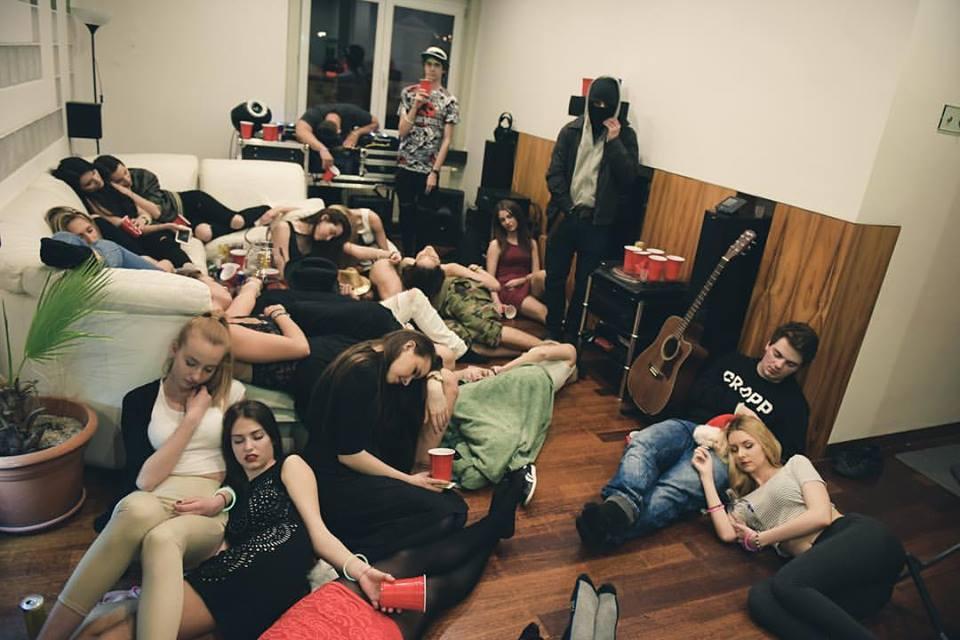 Ako to vyzerá, keď robíš u seba doma párty? Matej Zrebný by ti vedel rozprávať…