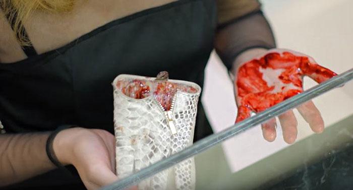 Nečakané prekvapenie pre kupujúcich! V kožených taškách i peňaženkách ich čakalo desivé tajomstvo