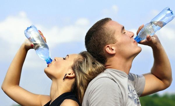 8 pohárov vody denne nie je to nutnosť, ale mýtus!