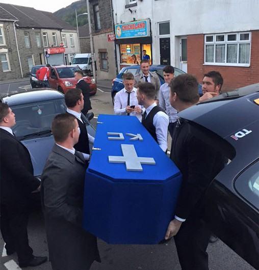 Priatelia mu vystrojili falošný pohreb, pretože na nich úplne zabudol kvôli priateľke!