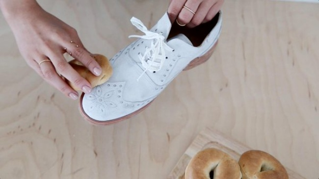 2534905-Clean-Suede-with-Stale-Bread-650-1466361359