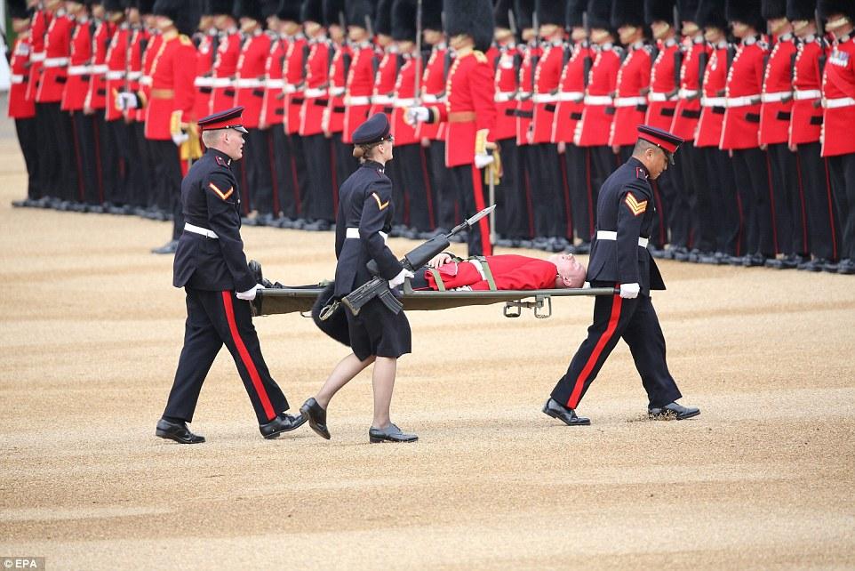 Počas osláv narodenín kráľovnej Alžbety II. skolaboval jeden z členov Britskej kráľovskej stráže!