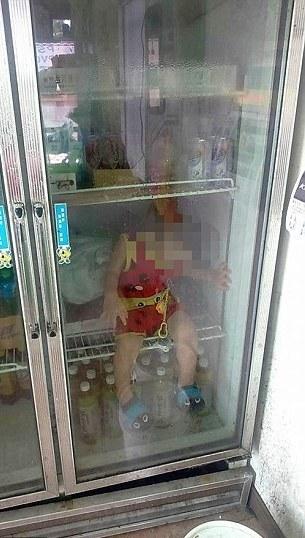 Šokujúci záber dvojročného chlapčeka v zatvorenej chladničke! Vraj to mal byť len vtip!