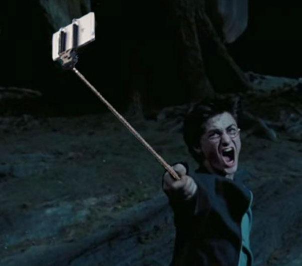 Ako by to vyzeralo, ak by boli vo filmových scénach namiesto zbraní Selfie tyče?