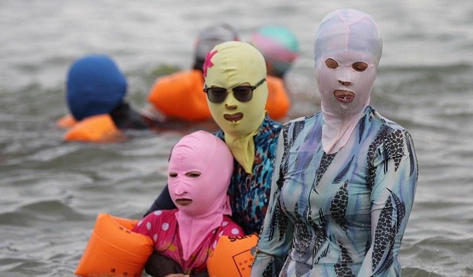 Čínski návštevníci pláží nedajú na svoje kúpacie kukly dopustiť. Majú ich chrániť pred slnkom