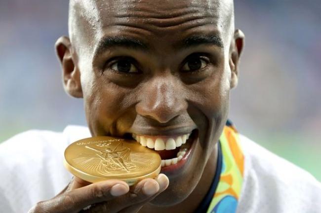 Viete, prečo olympijskí víťazí hryzú svoje medaily?