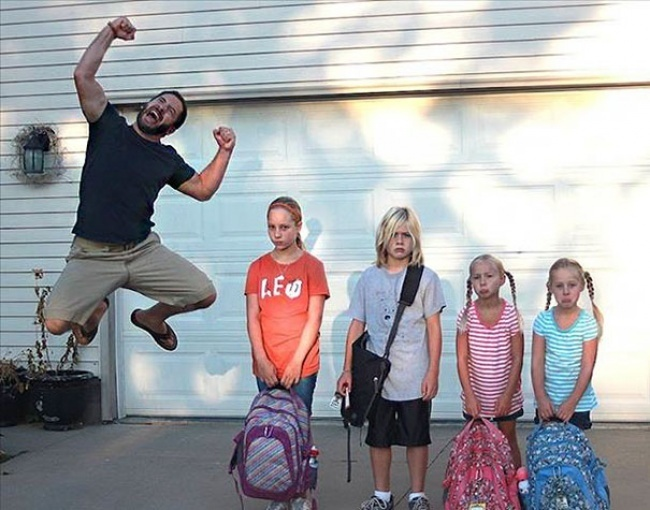 Škola sa blíži, rodičia plesajú! Týchto 15 fotografií zachytáva ich radosť