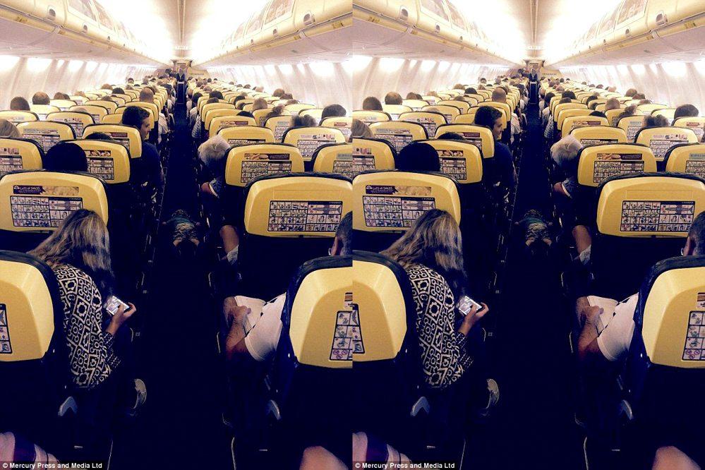Dvojročný chlapček pomáhal celé dve hodiny letuške v lietadle. Zaspal v uličke, odtiaľ ho zobrali a pozri sa, kde nakoniec skončil