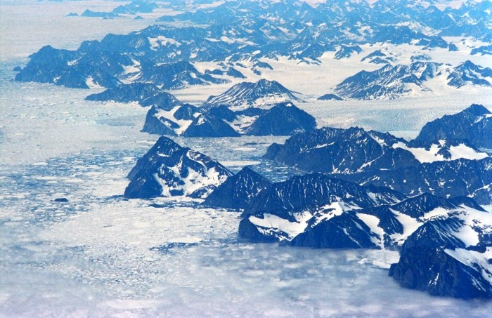 Roztápajúci ľad v Grónsku môže odhaliť toxickú základňu!