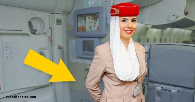 Vieš, prečo majú letušky vždy ruky za chrbtom, keď nastupujú pasažieri? Dôvod ťa prekvapí