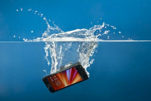 Vieš, čo treba urobiť, keď ti padne mobil do vody? Dodrž tieto rady a svoj smartfón zachrániš