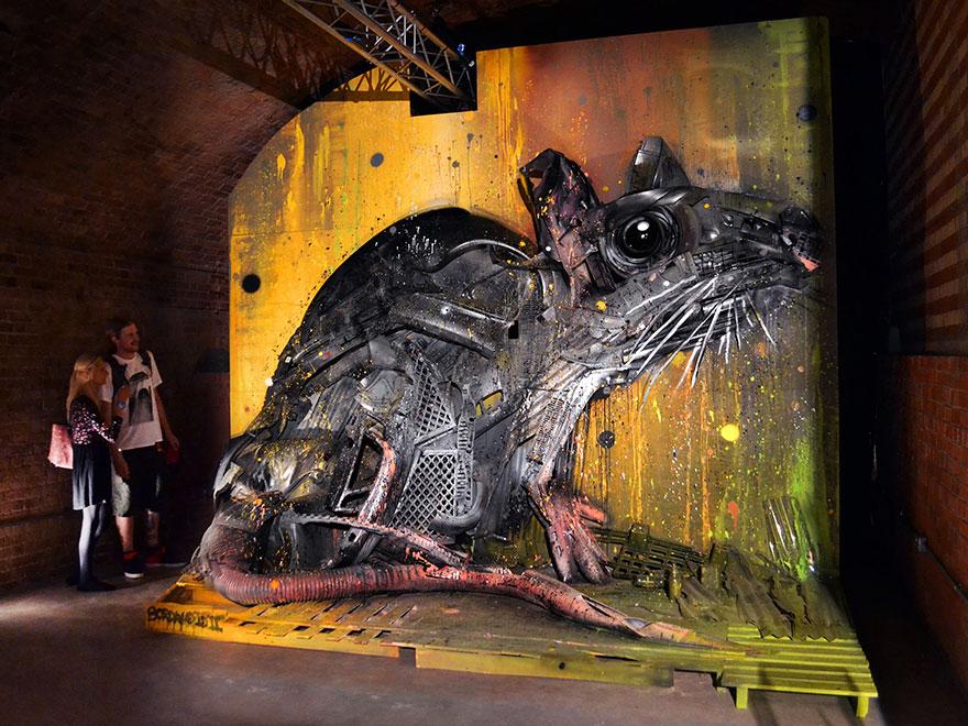 Umelec chce poukázať na znečistenie prírody. Odpad preto mení na zvieratá!