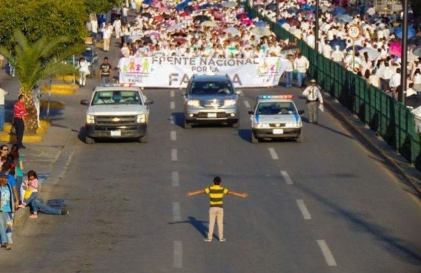 Chlapec sa postavil davu protestujúcich proti homosexuálnym manželstvám