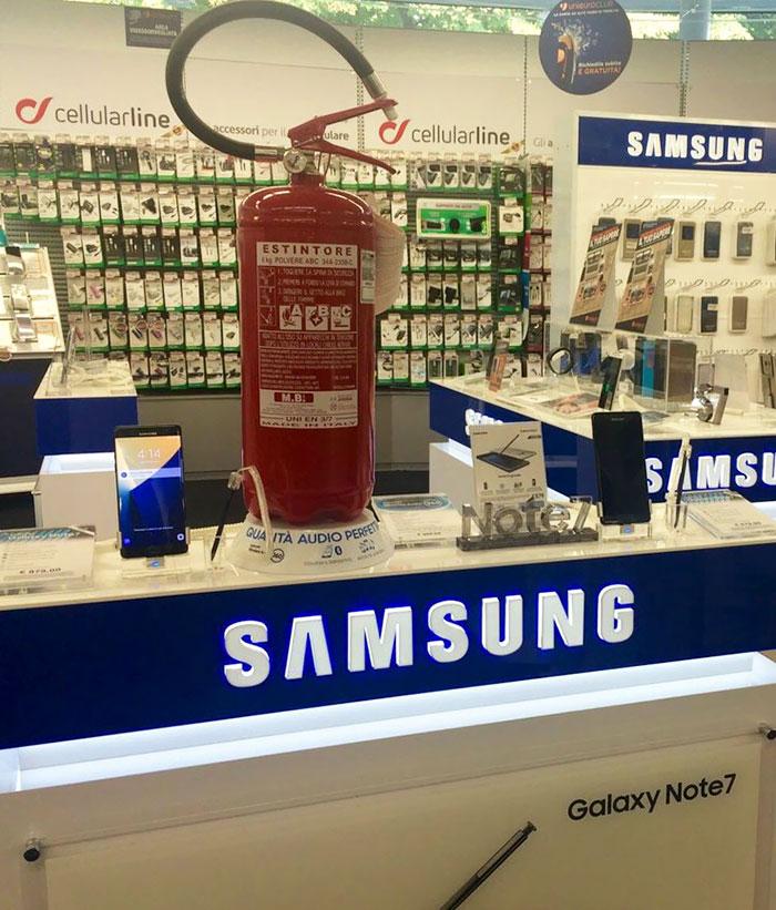 Samsung Galaxy Note 7 úplne stiahli z trhu. Internet opäť vtipne reagoval!