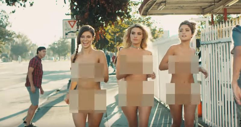 Blink-182 natočili retrospektívny klip, v ktorom sú v hlavnej úlohe 3 nahé ženy!