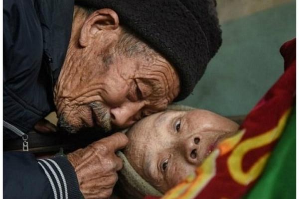 Po svadbe ochorela a ostala paralyzovaná. Jej manžel sa jej však nevzdal a už 56 rokov sa o ňu stará. Toto je PRAVÁ LÁSKA!