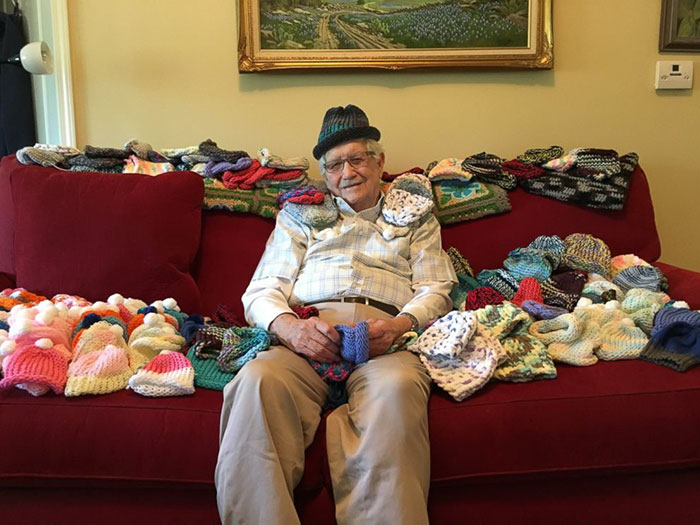 86-ročný deduško sa naučil pliesť a vyrába čiapočky pre predčasne narodené deti