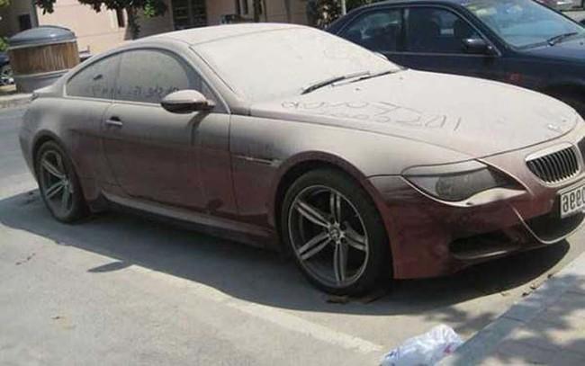 V Dubaji sa len tak povaľujú miliónové autá, ktoré sú úplne opustené. Avšak, len tak si ich vziať nemôžeš kvôli miestnym pravidlám, akým?