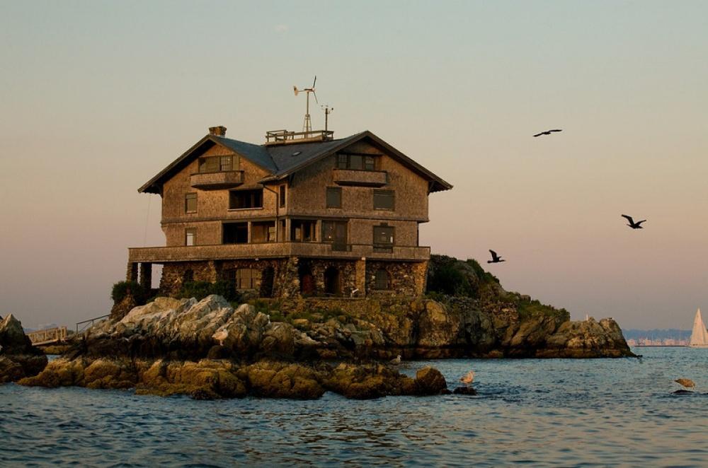Pozrite sa na tento 111-ročný dom situovaný na malom ostrovčeku v zálive Narragansett