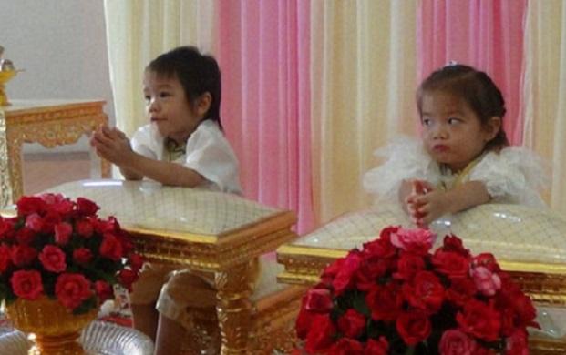 Trojročným thajským dvojčatám rodičia vystrojili spoločnú svadbu! Čo ich k tomu viedlo?!