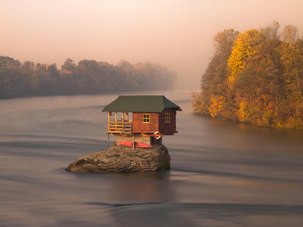 Milujete samotu? Tieto domčeky situované vo voľnej prírode splnia všetky vaše predstavy o bývaní