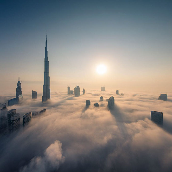 Korunovaný princ Dubaja zachytáva svoje mesto sponad oblakov. Tento pohľad na svetoznáme územie vyráža dych