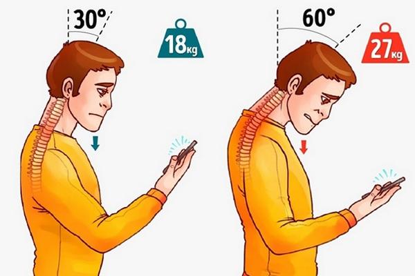 Nepoužívajte telefón tak, ako to vidíte na obrázku. Škodíte si na zdraví! Ukážeme vám, ako to máte robiť správne