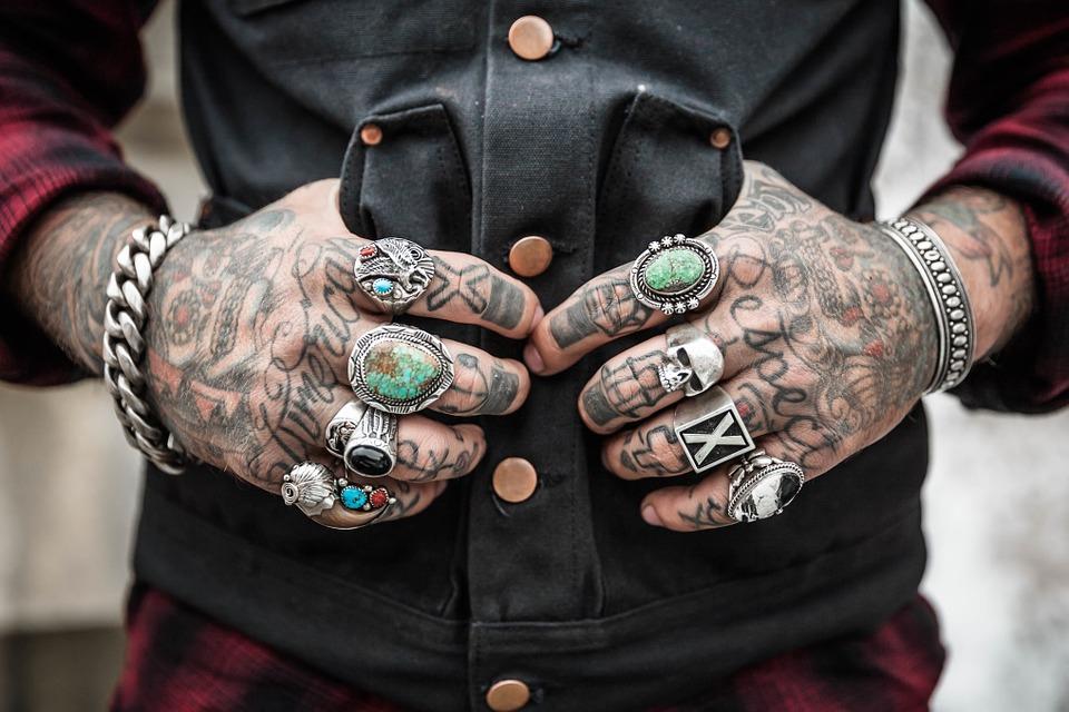 Podľa žien sú muži s tetovaniami príťažlivejší, no tiež agresívni sukničkári! Môže za to naozaj len farba pod kožou, alebo je za tým viac?